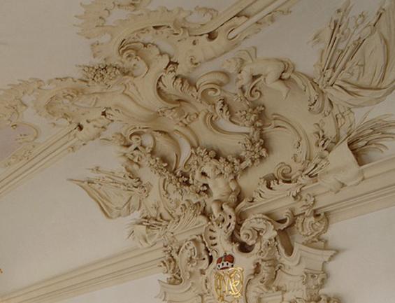 Stuckdetail über der Tür zum Ahnensaal; Foto: Landesmedienzentrum Baden-Württemberg, Urheber unbekannt