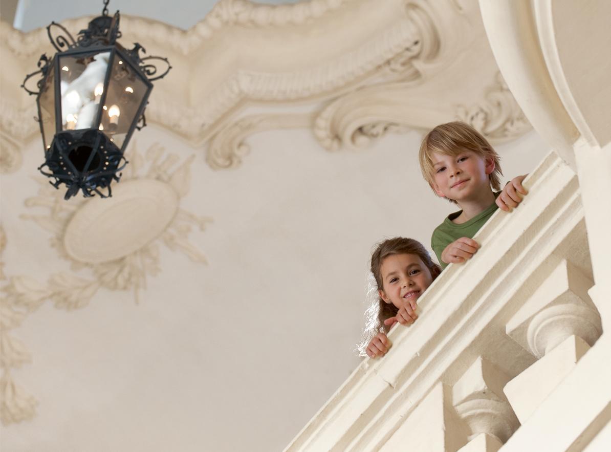 Kinder an einer Balustrade, Residenzschloss Rastatt; Foto: Staatliche Schlösser und Gärten Baden-Württemberg, Niels Schubert