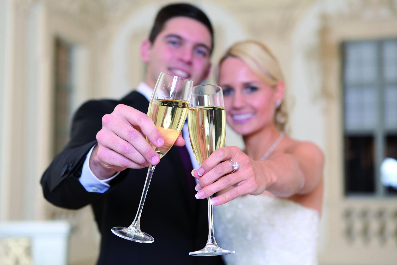 Hochzeitsbild vor historischer Kulisse; Foto: AMEA Design & More