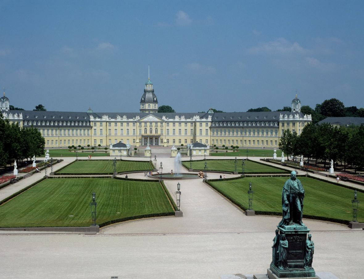 Außenansicht vom Schloss Karlsruhe; Foto: Landesmedienzentrum Baden-Württemberg, Andrea Rachele
