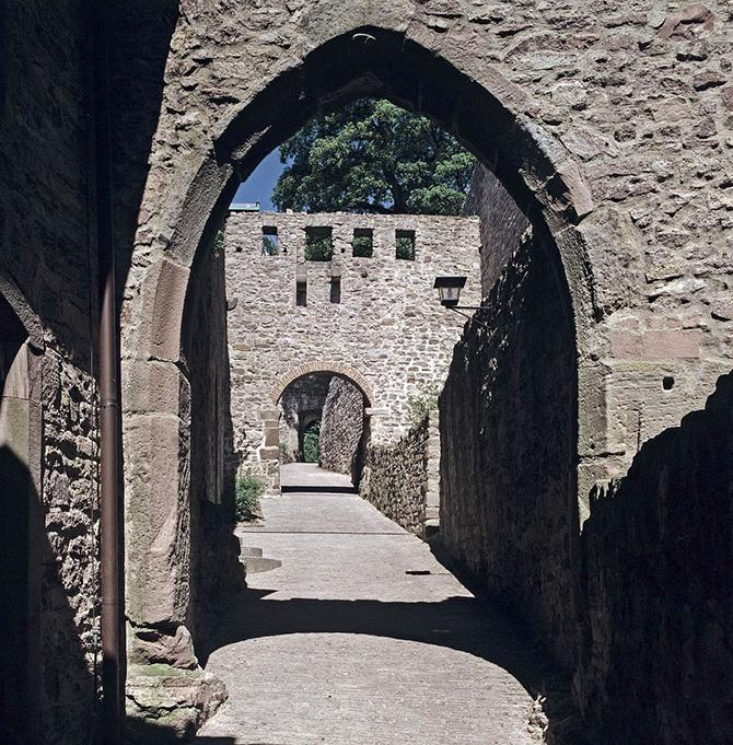 Das gotische Tor vom Alten Schloss Hohenbaden in Baden-Baden; Foto: Landesmedienzentrum Baden-Württemberg, Steffen Hauswirth