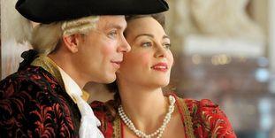 Kostümiertes Paar vor historischer Kulisse