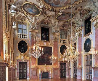 Vue intérieure de la salle des ancêtres ornée de nombreux portraits, château résidentiel de Rastatt
