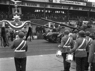 Schellenbaum bei einer Bundeswehrparade 1969