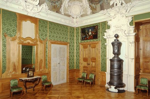 Rastatt Residential Palace, green drawing room with cast iron stove, stucco elements and ceiling frescoes. Image: Landesmedienzentrum Baden-Württemberg, credit unknown