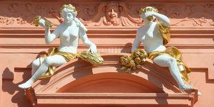 Genien-Figuren, Bauschmuck auf dem Mittelrisalit, Residenzschloss Rastatt