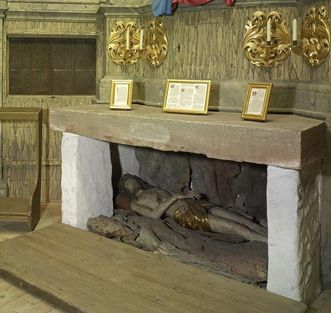 Innenansicht der Eremitage mit dem Altar und dem Grab Christi