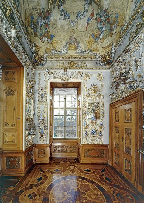 Rastatt Residential Palace, A look inside the porcelain room