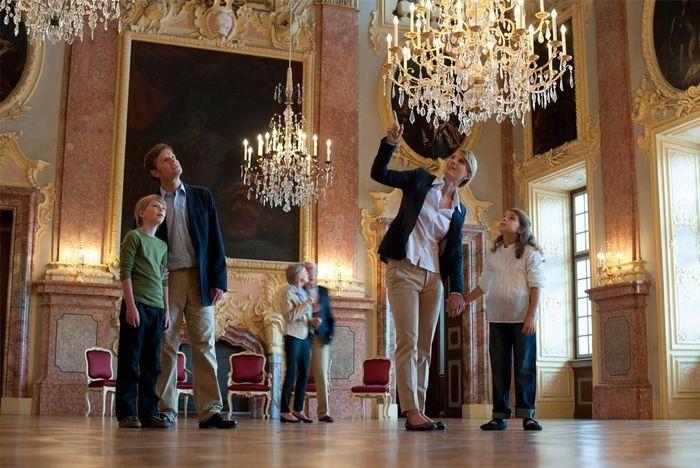 Besucher im Ahnensaal, Residenzschloss Rastatt